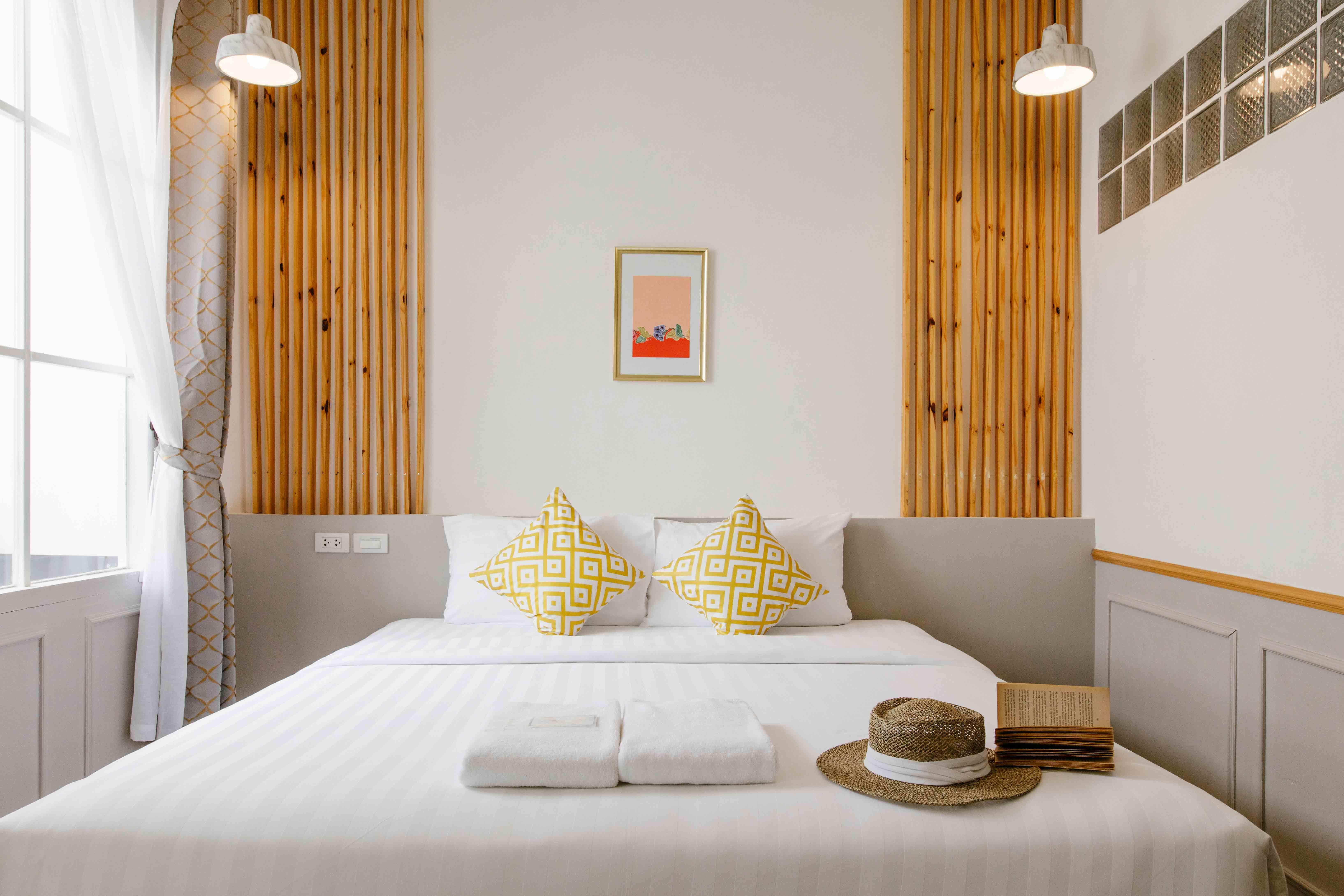 ที่พักเมืองเก่า-ออกแบบหรู-ดูแพง-ราคาไม่แรง ที่พักสุดสวยโทนสีขาวสไตล์มินิมอล-ออกแบบสวยได้อย่างลงตัว-ภายในห้องมีโทนสีน้ำตาลอ่อนๆมาปนกับสีไม้-บอกเลยว่าสวยไม่เหมือนที่ไหนแน่นอนครับบ ที่พักภูเก็ตเมืองเก่า,ชิโนโปรตุกีส,ที่พักเมืองเก่า