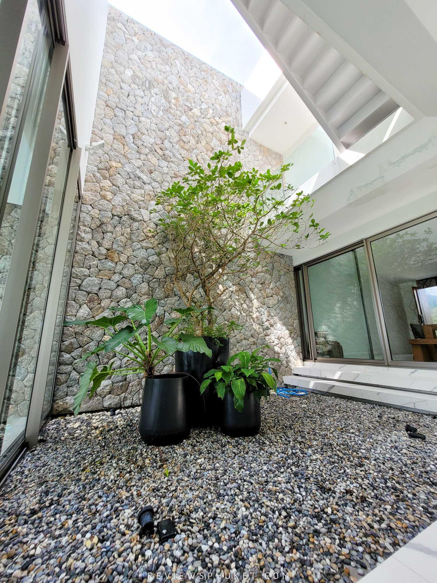 มีต้นไม้เขียวๆตัดขาว ภายในโรงแรมนอกจากจะออกแบบสวยดูดีมีสไตล์โทนขาวคลีนๆ-แล้วยังมีต้นไม้สีเขียวแบบที่ถูกจัดวางไว้สวยๆอย่างดี-คือสวยมวากก-แอดชอบมวากก paivilla,phuket,ที่พักภูเก็ต,สุดสวย