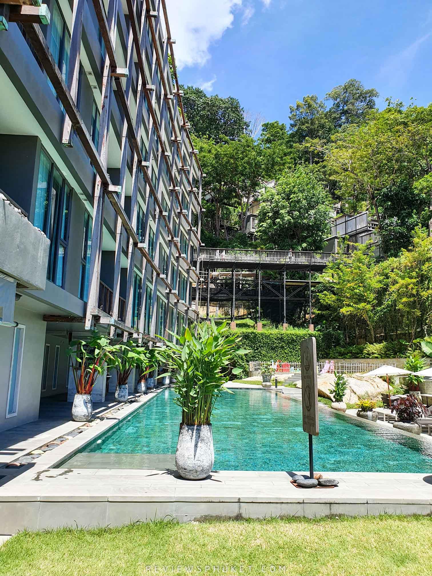 โรงแรมโอบล้อมไปด้วยสีเขียว บอกเลยว่าสายป่าๆ-ต้องห้ามพลาดกับความเขียวชอุ่มของต้นไม้ที่ล้อมรอบ ดินสอรีสอร์ท,ที่พักป่าตอง,ที่พักสวยๆ