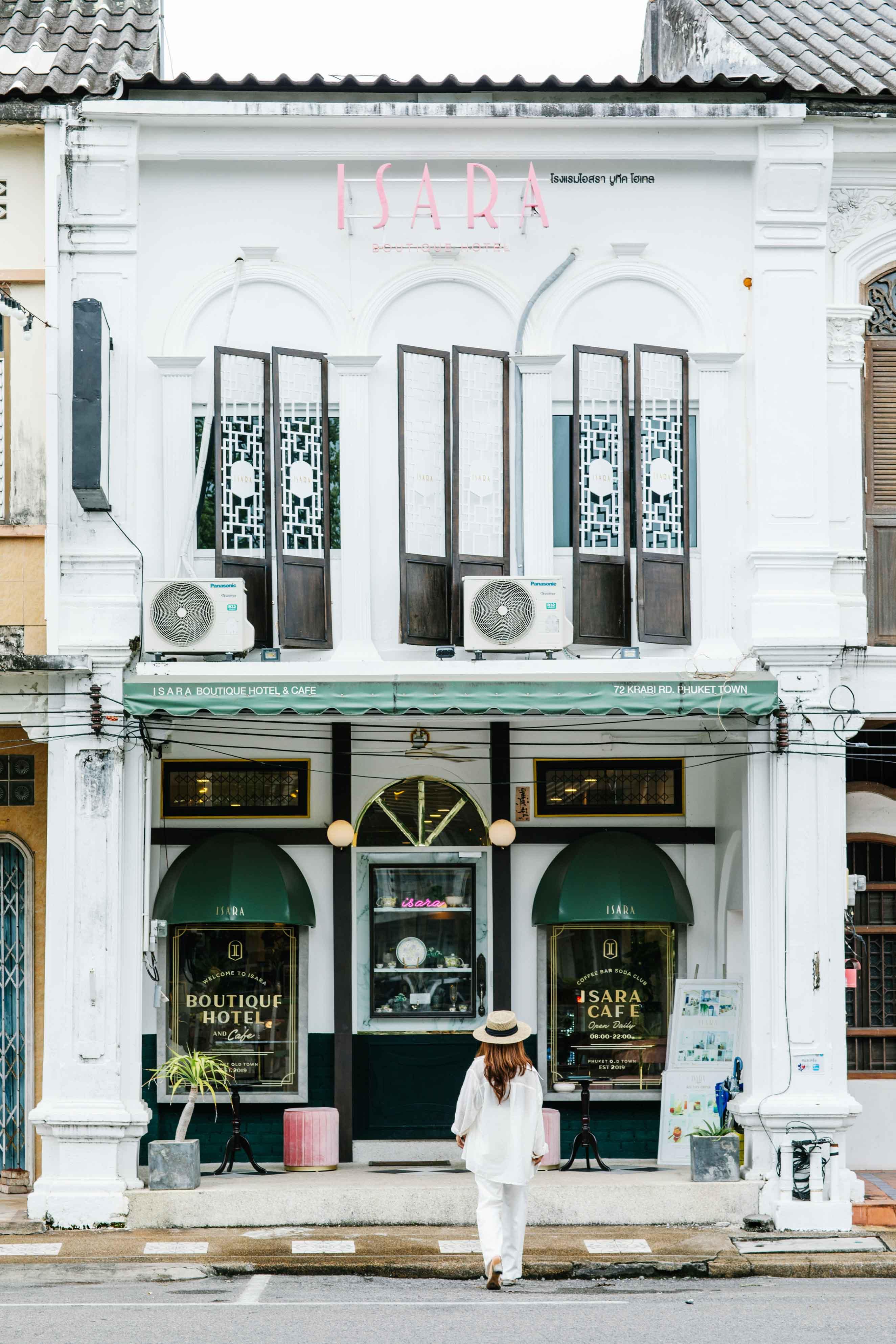 ด้านหน้าดูลึกลับแต่สวย-สีเขียวเข้มปนทอง-ตัวตึกสีขาว บอกเลยว่าโทนนี้สวยหรู-ดูแพง-Luxury-มากมาย-แต่ราคาไม่แรงนะ-บอกเลยว่าคุ้มจริงอะไรจริง ที่พักภูเก็ตเมืองเก่า,ชิโนโปรตุกีส,ที่พักเมืองเก่า
