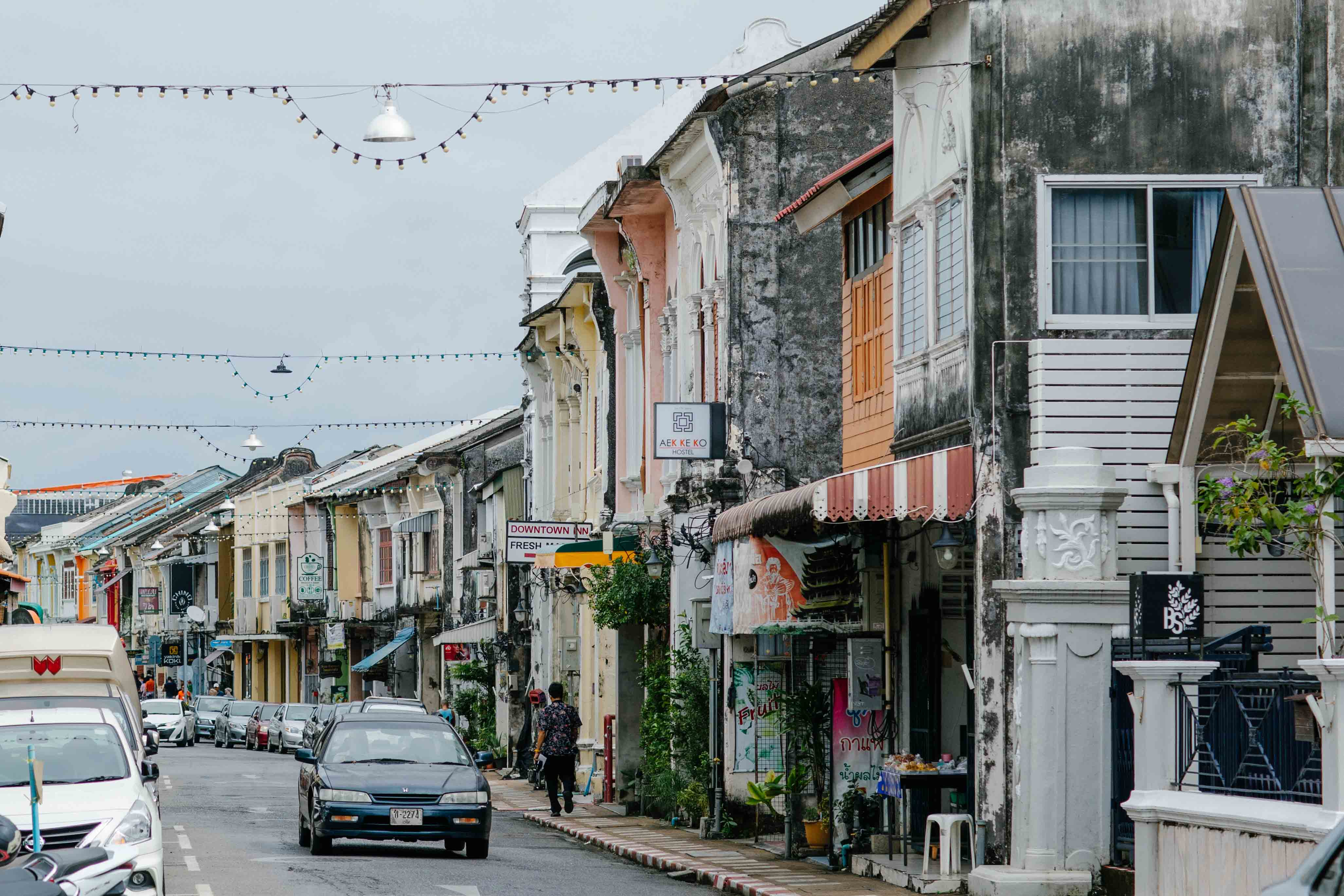 เมืองเก่าภูเก็ต-ดูดีมีสเน่ห์ พักที่นี่เราก็เดินชิวกันเลย-แบบไม่ต้องใช้รถนะครับ-มีทั้งที่ขายของที่ระลึก-คาเฟ่เด็ด--อร่อยมวากก-โกโก้ดีทุกร้าน--และร้านต่างๆอีกมากมายเลยย ที่พักภูเก็ตเมืองเก่า,ชิโนโปรตุกีส,ที่พักเมืองเก่า