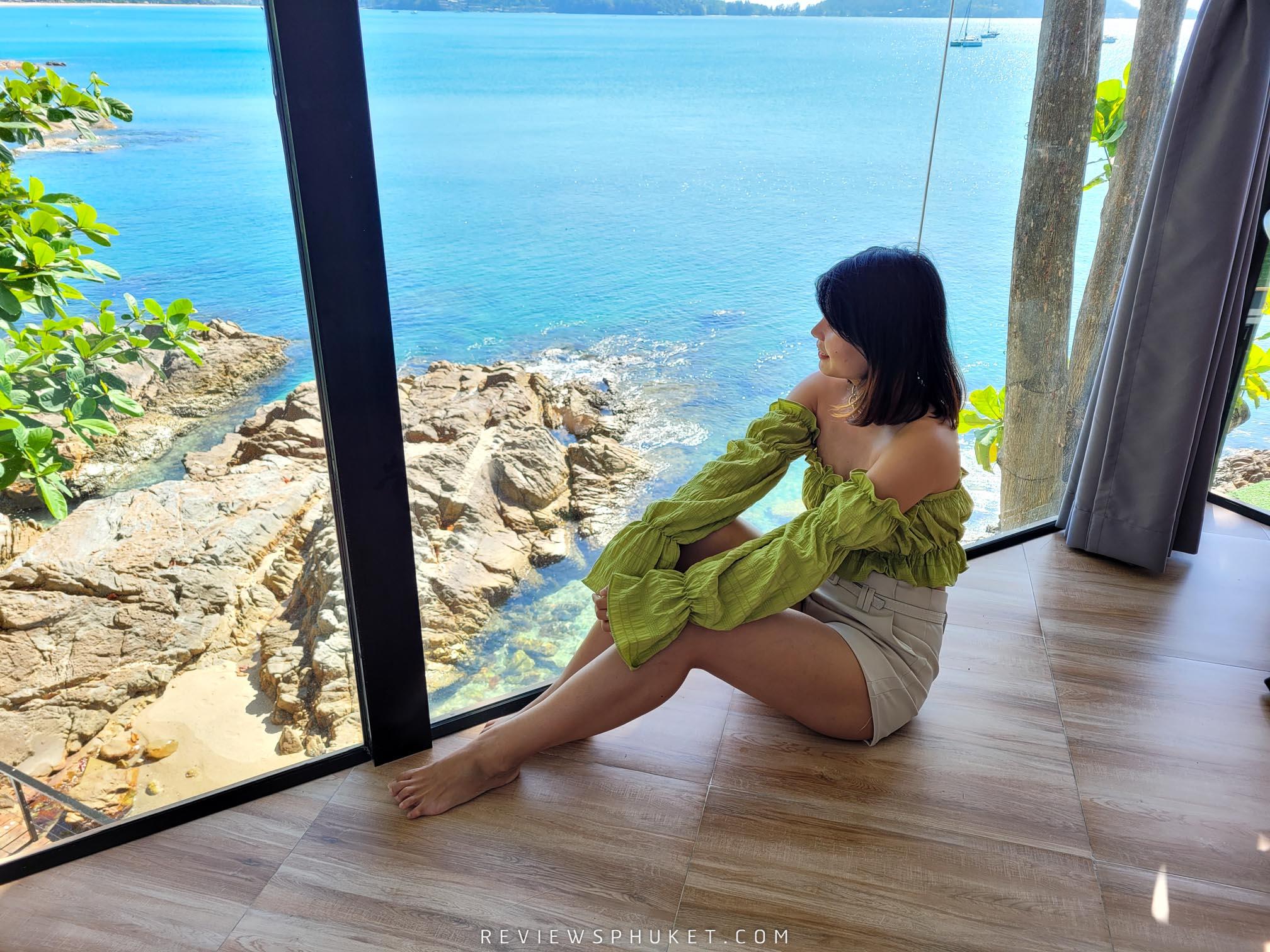 ภายในห้องกระจกใสสวยๆ แบบว่าคือวิวหลักล้านของจริงได้เพลิดเพลินกับทะเล-โขดหินสวยงามพร้อมน้ำใสๆ patongsunset,villa,ที่พักภูเก็ต